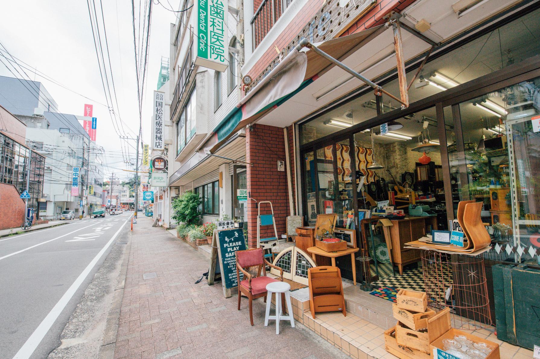 お宝探しに路地裏へ♡アンティーク家具の店「rooms+cafe(ルームスプラスカフェ)」-5