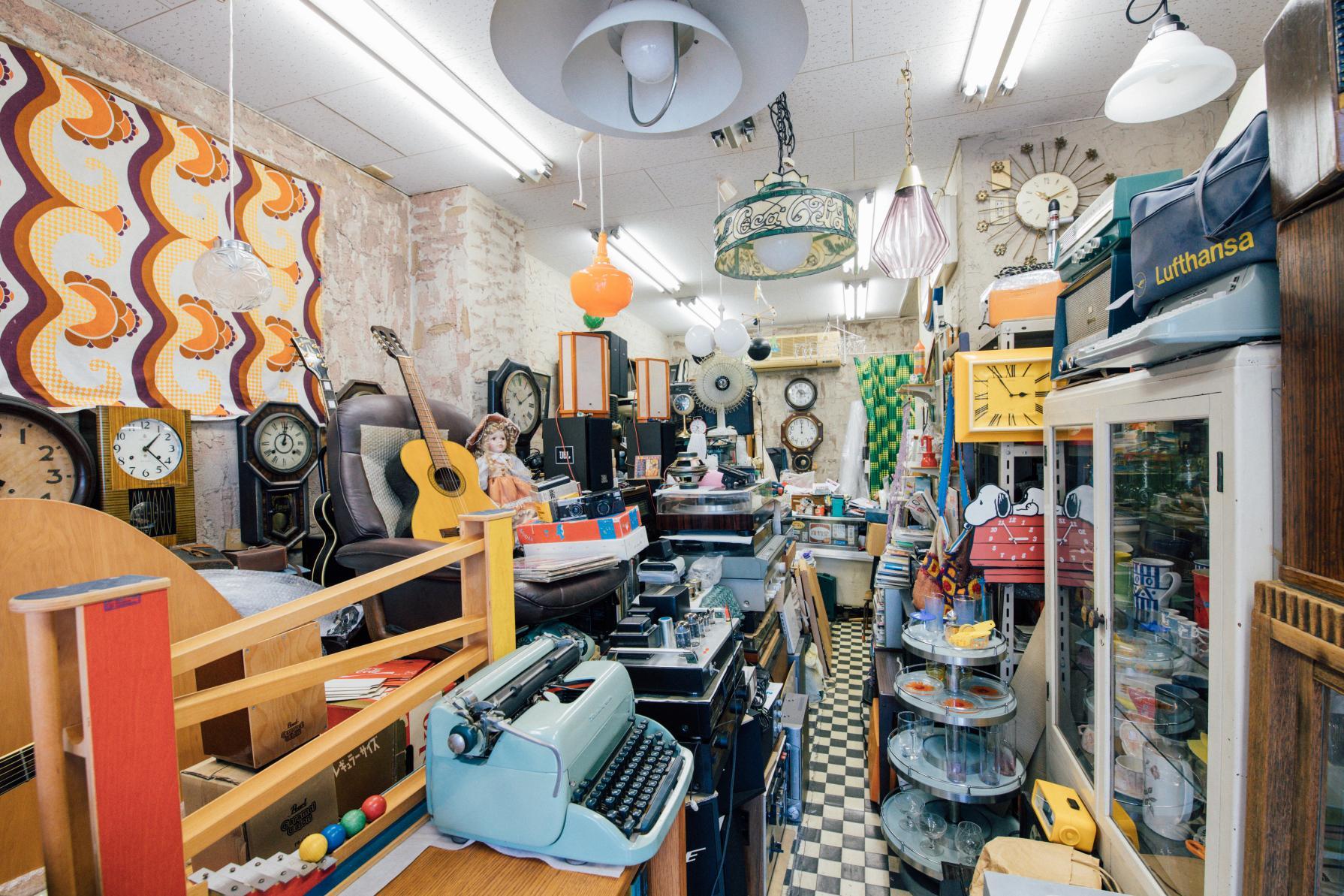 お宝探しに路地裏へ♡アンティーク家具の店「rooms+cafe(ルームスプラスカフェ)」-3
