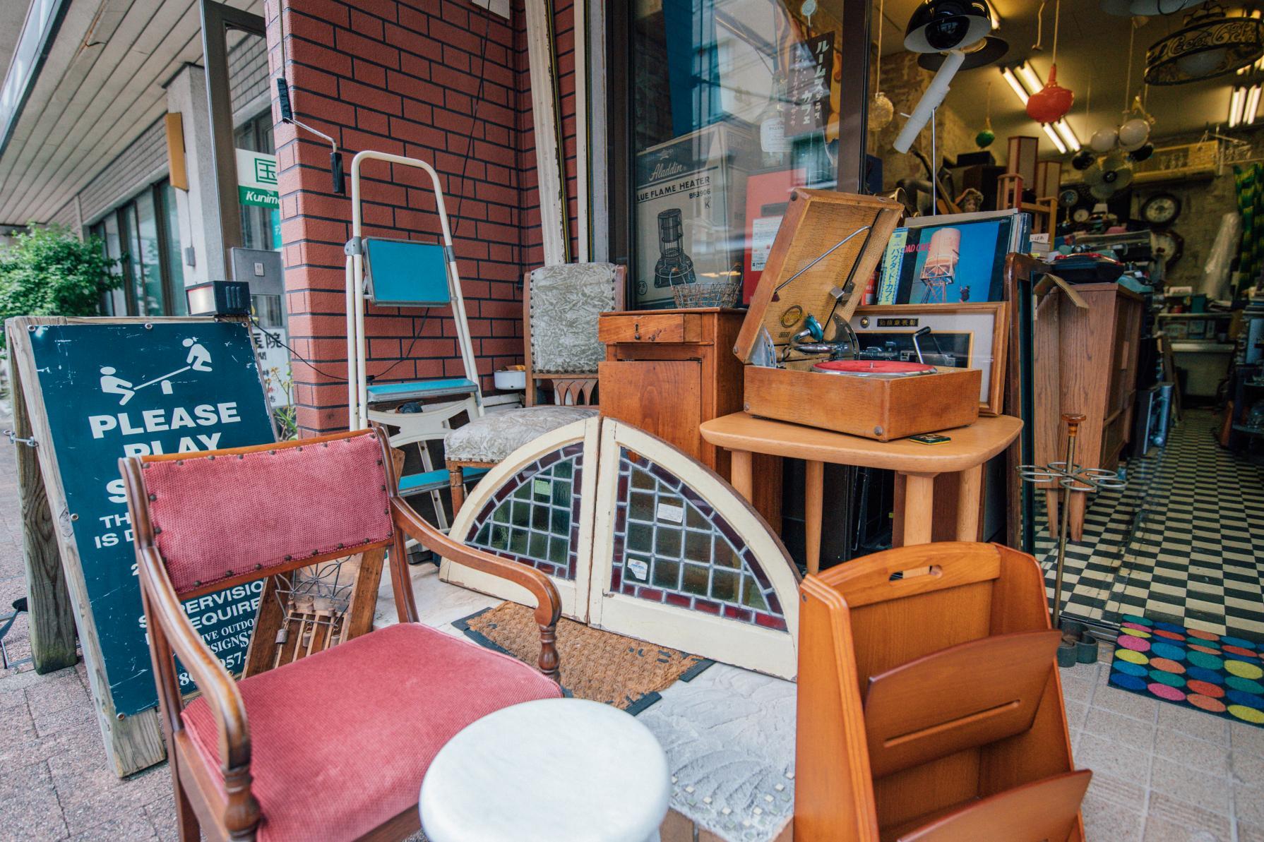 お宝探しに路地裏へ♡アンティーク家具の店「rooms+cafe(ルームスプラスカフェ)」-1